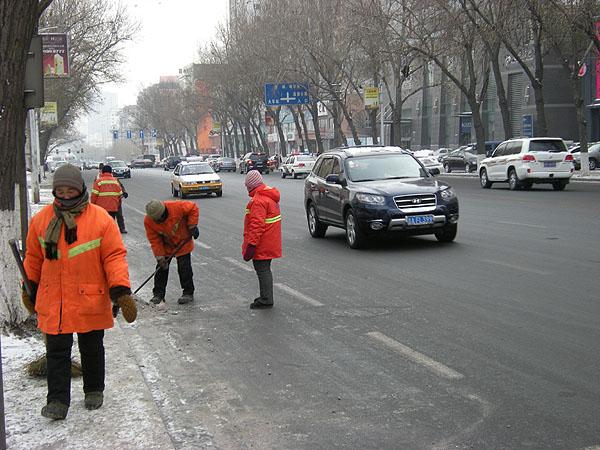 091227長春道路の氷をはがす