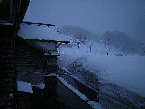 100321吹雪夕暮れの酸ヶ湯