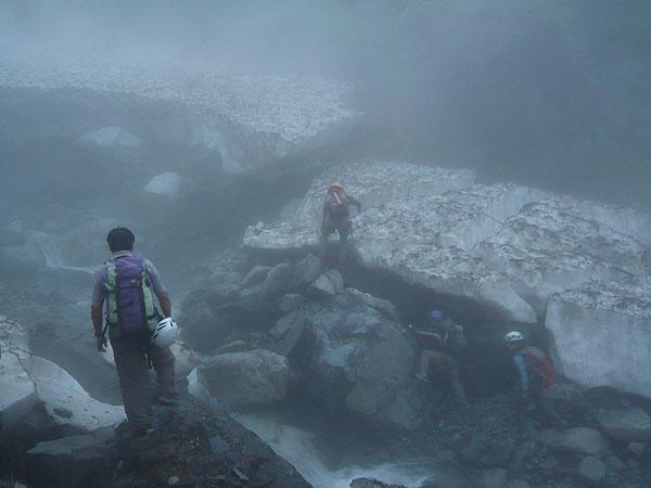 100801一ノ倉沢の雪渓の末端