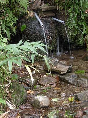 100925大東岳避難小屋の水場
