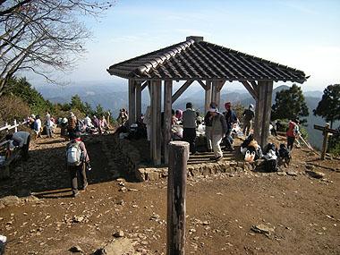 101128日の出山・山頂の賑わい