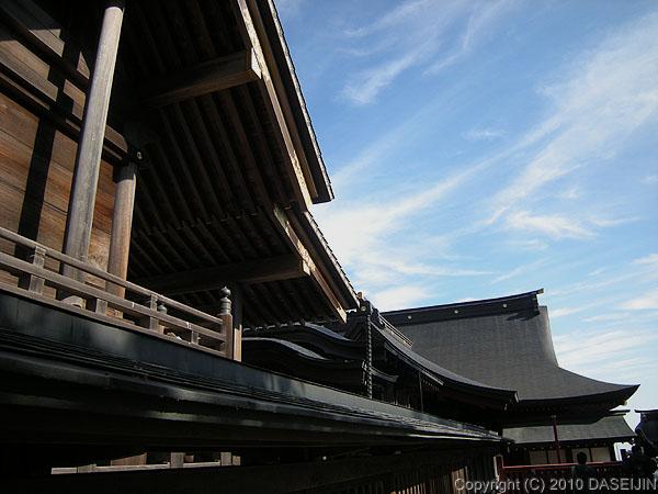101128御岳山・武蔵御嶽神社正殿をよこから