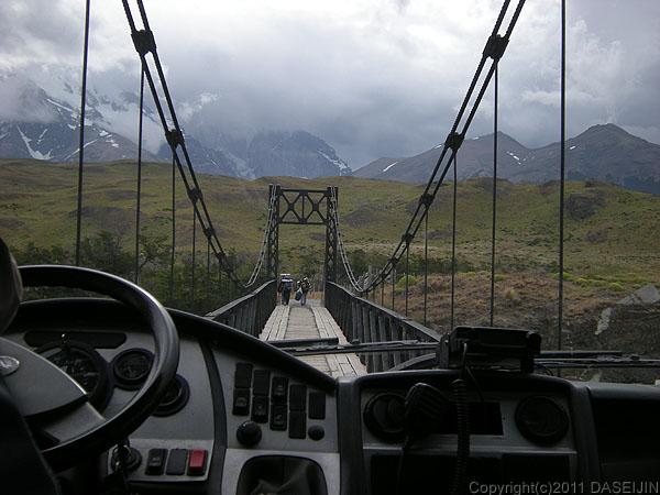 110103パイネ川の吊橋をバスで渡る