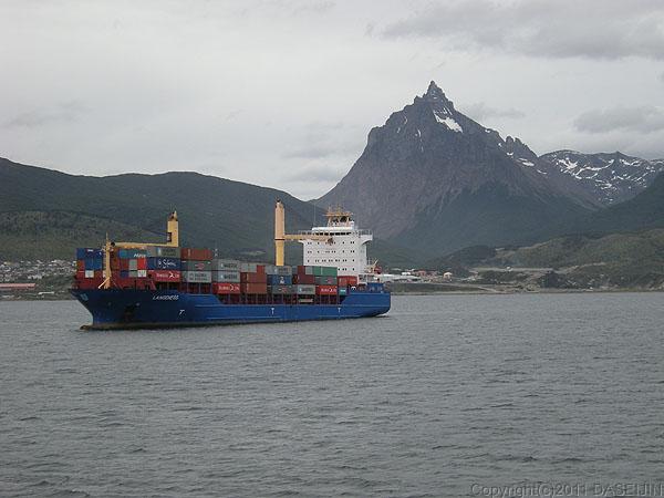110106フエゴ島・ウスアイア港のコンテナ船