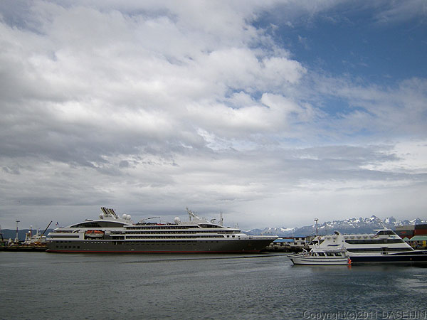 110106フエゴ島・ウスアイア、停泊中の大型客船