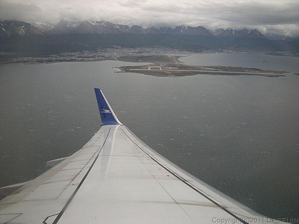 110107フエゴ島・ビーグル水道上空からウスアイアの街
