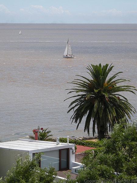 110108コロニア・デル・サクラメント、灯台の上からラプラタ川、ブエノスアイレスのビルが見える