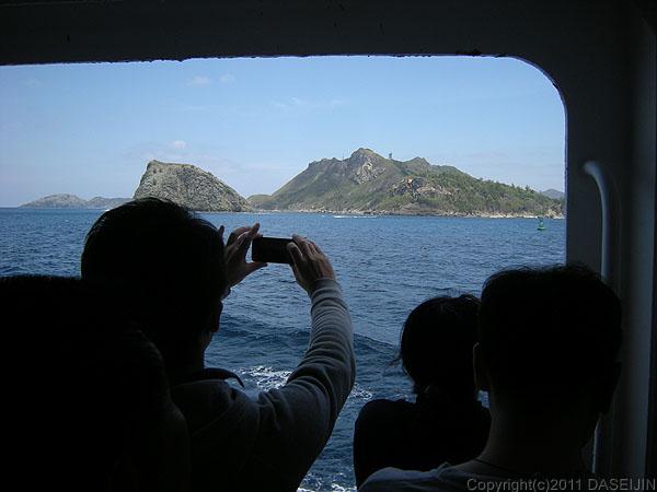 110430父島三日月山展望台、二見港が近づく