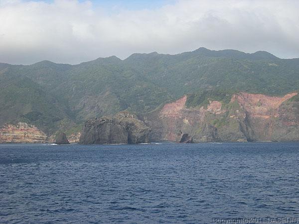 110430小笠原母島を囲む岸壁