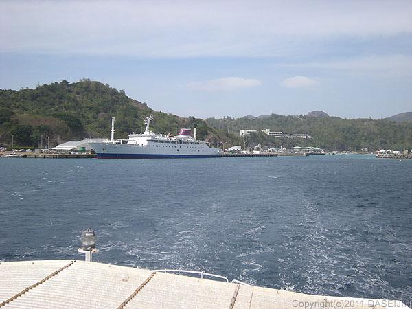 110430小笠原父島二見港に停泊するおがさわら丸を後にして母島に向かう