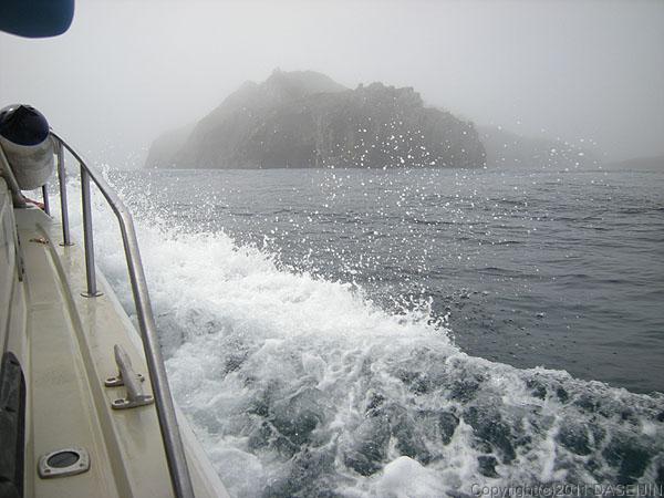 110505小笠原父島霧の中、南島が見えてきた