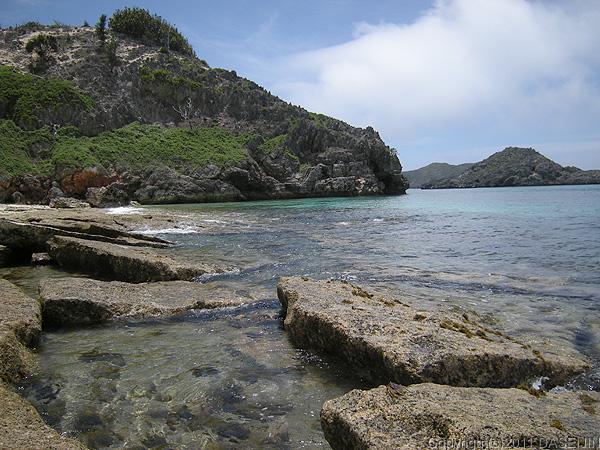 110506小笠原父島・ジョンビーチのウエーブロックに波が寄せる