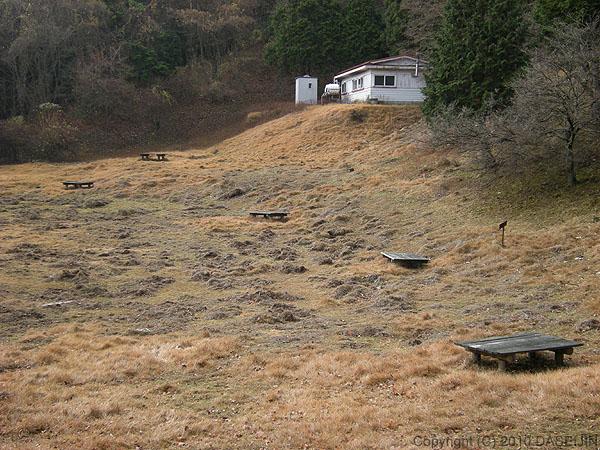 101121広場の先に建つ園地避難小屋