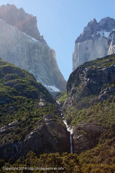 171117岩峰の谷間の滝