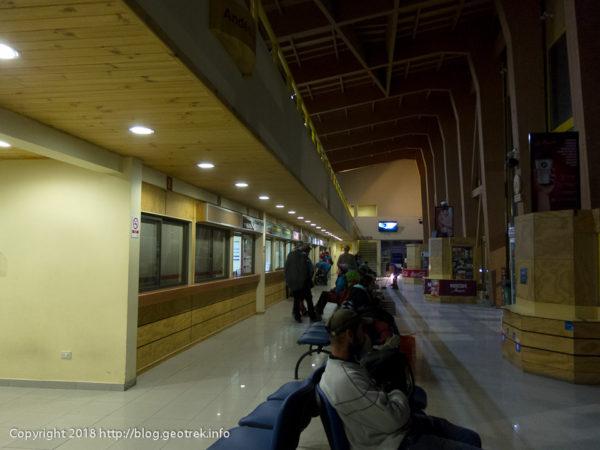 171120 プエルト・ナタレスのバスターミナルで待ちくたびれる人々