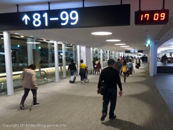 171111成田空港81番ゲートへ