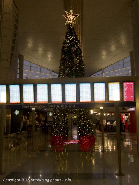 171127 ダラス空港のクリスマスツリー