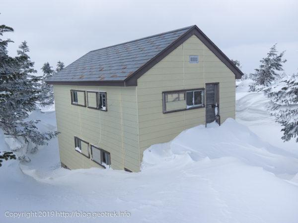 雪に埋もれる明月荘