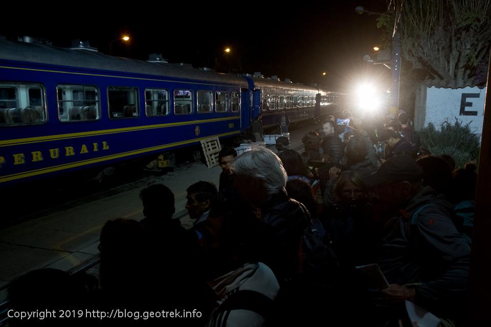 オリャンタイタンボ駅のホームで列車を待つ