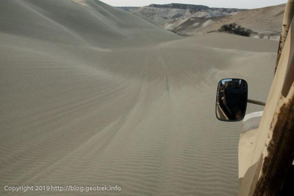 砂丘をバギーで突っ走る