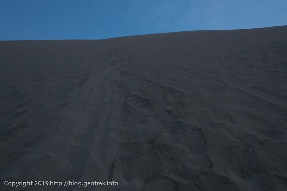 夜明け前の砂丘を登る