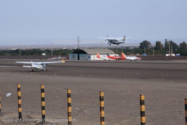 ナスカの空港を飛び立つセスナ