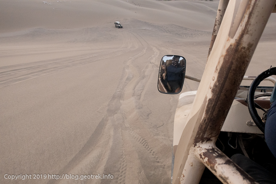 砂丘をバギーで登り下り