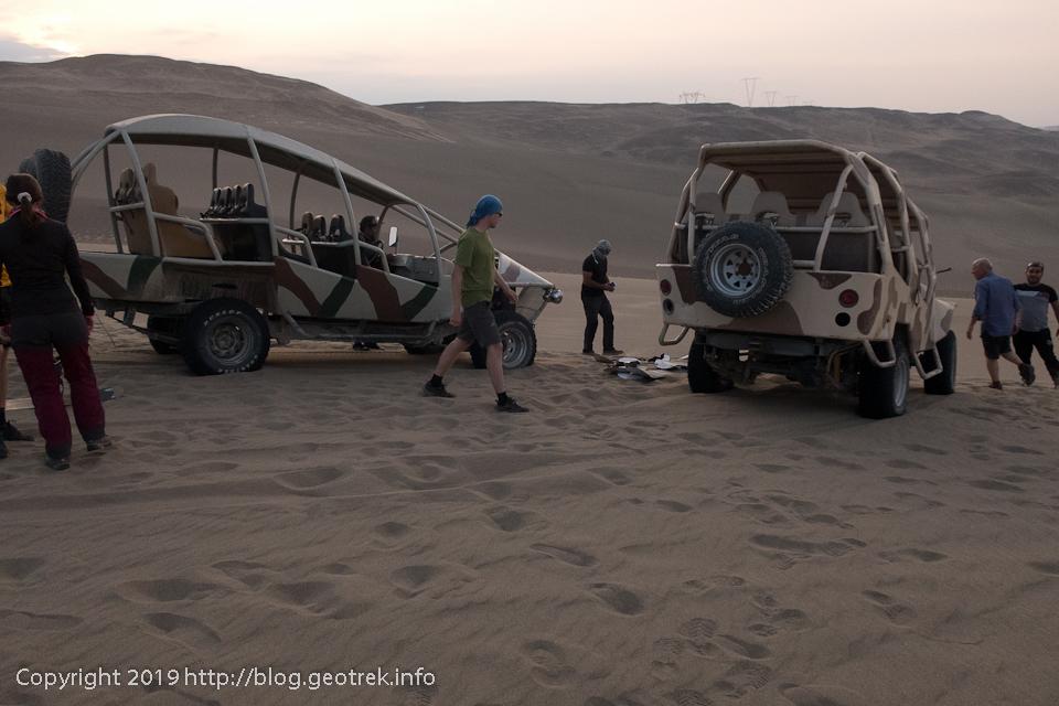 砂丘の頂上でバギーを下りる