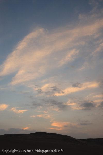 砂丘の上で日が暮れる