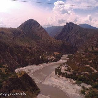 バスはアンデスの山を縫って進む