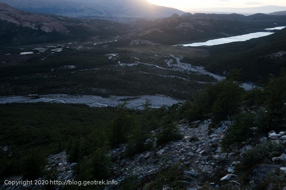 200119 フィッツロイ・トレッキング、朝日に湖面が光る