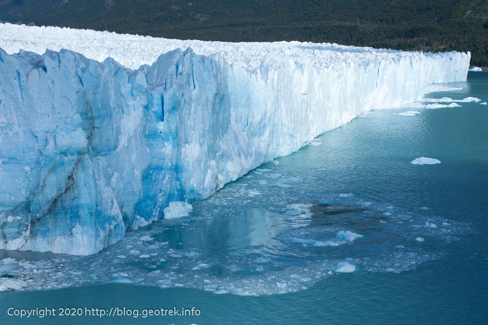 200121 ペリト・モレノ氷河、崩落したところはラピスラズリのよう