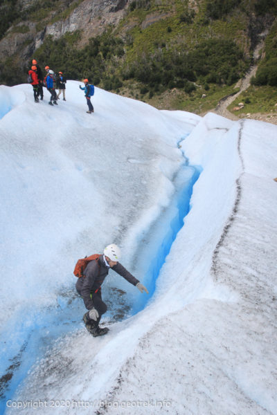 200121 ペリト・モレノ氷河トレック、クレバスを渡る
