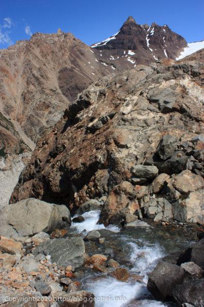 200118 フィツロイ・トレッキング、トレス湖の水が滝となって流れ落ちている