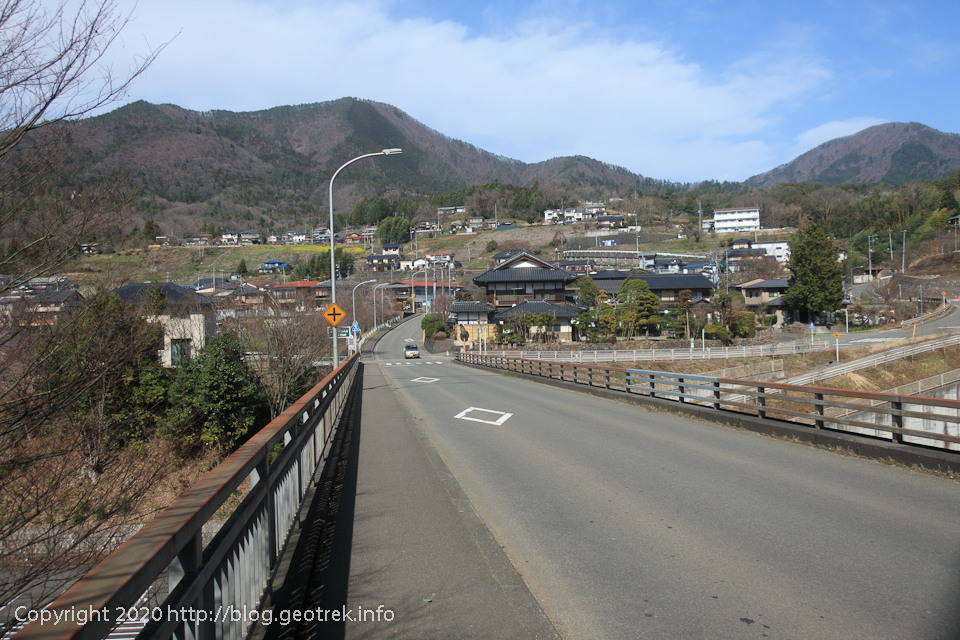 200321 笹子川を渡る橋から扇山、百蔵山