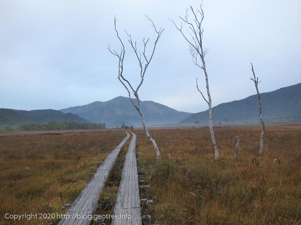 201004 尾瀬ヶ原の木道を先に行くハイカー