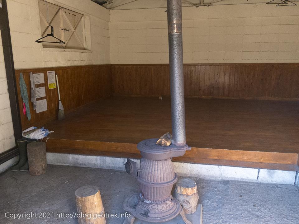 201025 破風山避難小屋の室内