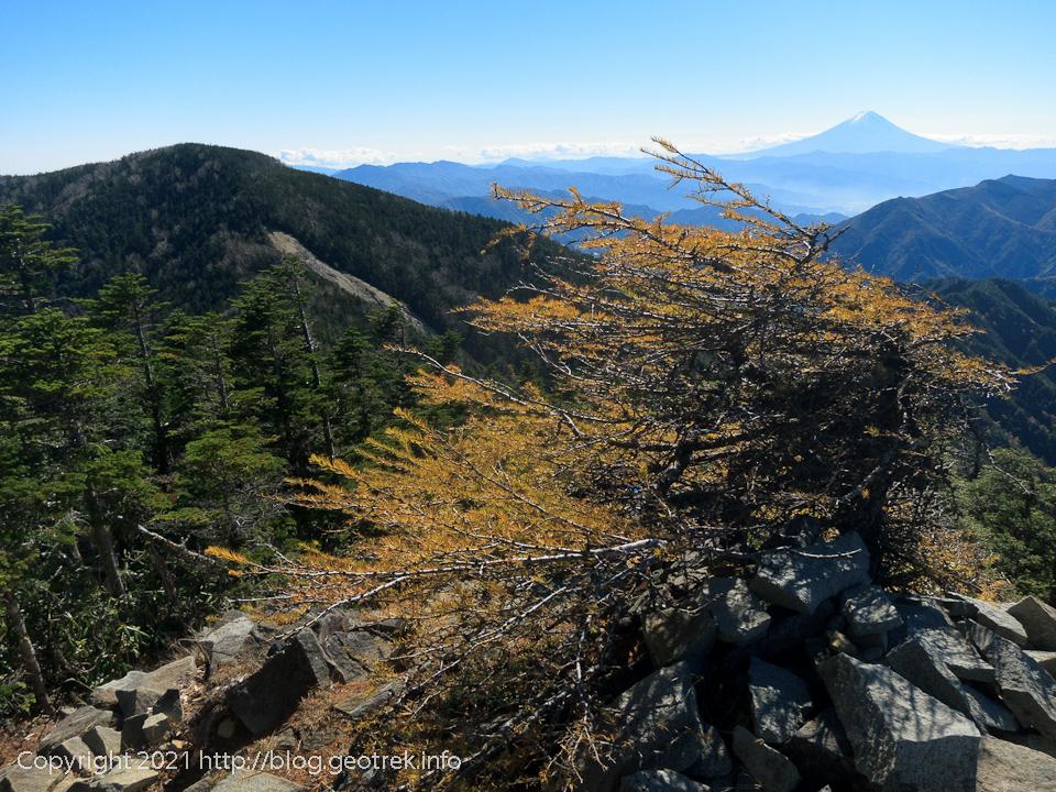 201025 甲武信ヶ岳山頂から富士山