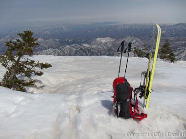 120421会津駒ヶ岳・シールをはずして滑降開始