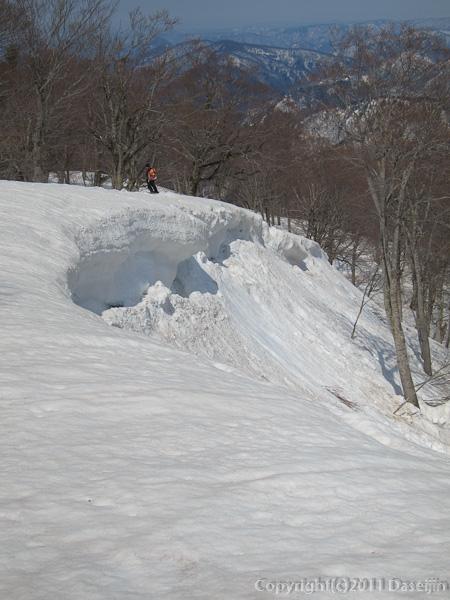 120421会津駒ヶ岳・標高が低くても雪庇もある