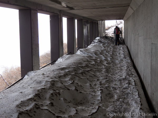 120526富士山・トンネルでスキーの先をする