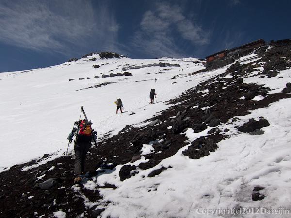 雪の残る富士山