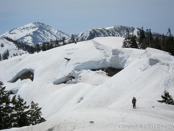 120429平ヶ岳・雪庇は崩れつつある