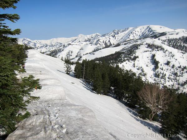 120429平ヶ岳・雪庇が波打つ稜線を行く