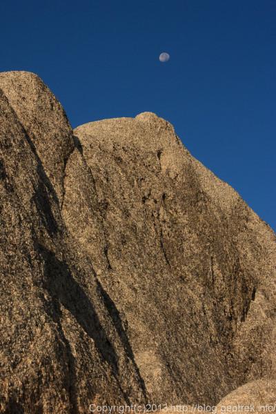 130923槍穂縦走、燕岳の花崗岩と月