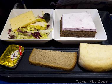 120803アイスランド、グリーンランドの旅・コペンハーゲンに向かう機内、夕食その2