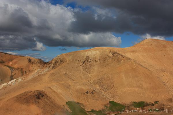 120805アイスランド、グリーンランドの旅・ケルリンガール、様々な色の山