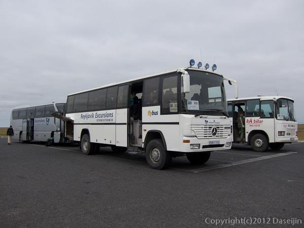 120806アイスランド、グリーンランドの旅・駐車場のバスたち
