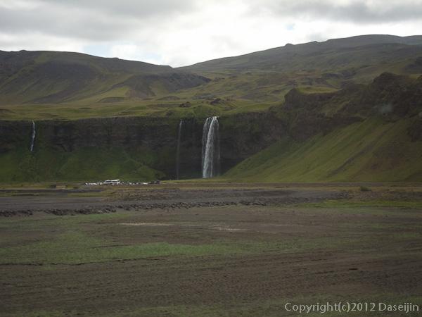 120806アイスランド、グリーンランドの旅・車中よりSeljalandfoss