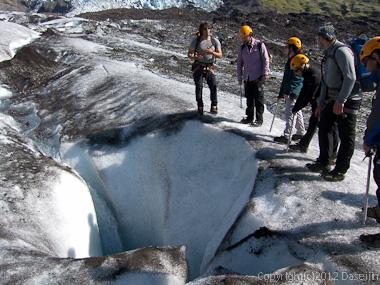 120807アイスランド、グリーンランドの旅・クレバスに石を落とす